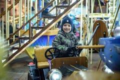 Bébé garçon ayant l'amusement dans un carrousel Photo libre de droits