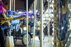 Bébé garçon ayant l'amusement dans un carrousel Photos libres de droits