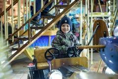Bébé garçon ayant l'amusement dans un carrousel Photographie stock