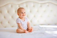 Bébé garçon beau dans la chambre à coucher ensoleillée blanche Image libre de droits