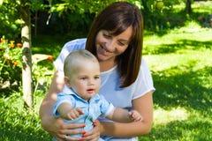 Bébé garçon caucasien avec du charme avec la mère Photographie stock