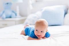 Bébé garçon dans la chambre à coucher ensoleillée blanche Image stock