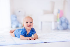 Bébé garçon dans la crèche blanche Images stock