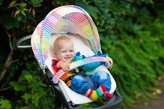 Bébé garçon dans la poussette blanche photographie stock