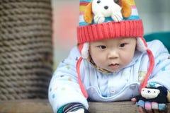 Bébé garçon dans le chapeau tricoté par hiver rose Image libre de droits