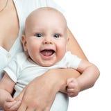 Bébé garçon dans le confort des bras de mamans Images libres de droits