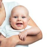 Bébé garçon dans le confort des bras de mamans Image libre de droits