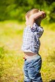 Bébé garçon dans le domaine Photo stock