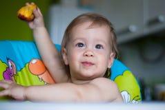 Bébé garçon dans le highchair photo stock