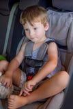 Bébé garçon dans le siège de voiture Photographie stock libre de droits