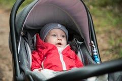 bébé garçon dans sa poussette se couchant, se reposant dehors Photo stock