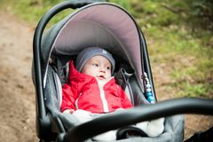 bébé garçon dans sa poussette se couchant, se reposant dehors Image libre de droits