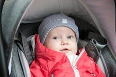 bébé garçon dans sa poussette se couchant, se reposant dehors Photographie stock