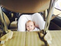 Bébé garçon dans un siège de voiture de sécurité Photo stock