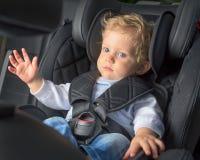 Bébé garçon dans un siège de voiture de sécurité Photographie stock libre de droits