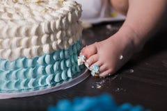 Bébé garçon de 1 an célébrant son premier anniversaire Photo stock