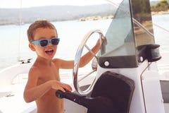 Bébé garçon de capitaine à bord Images libres de droits