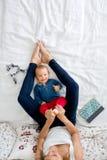 Bébé garçon de mère et d'enfant en bas âge, se situant dans le lit, étreignant avec amour, salut Image stock