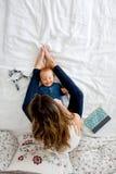 Bébé garçon de mère et d'enfant en bas âge, se situant dans le lit, étreignant avec amour, salut Photo stock