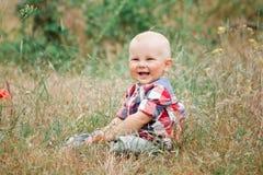 Bébé garçon de mode marchant dans l'herbe Photo libre de droits