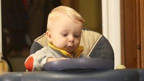 9-10 bébé garçon de mois montrant le temps sur l'horloge banque de vidéos