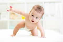 Bébé garçon de rampement à la maison Photos stock