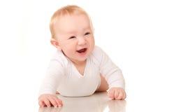 Bébé garçon de rampement riant dans le blanc photographie stock libre de droits
