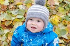 Bébé garçon de sourire en automne Images stock