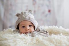 Bébé garçon doux dans l'ours en général, dormant dans le lit avec l'ours de nounours Photo stock