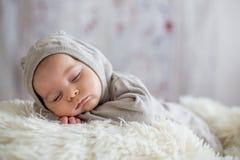 Bébé garçon doux dans l'ours en général, dormant dans le lit avec l'ours de nounours Photographie stock