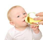 Bébé garçon drôle buvant de la bouteille Image libre de droits