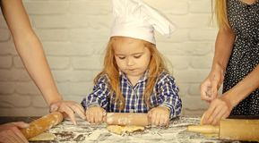Bébé garçon en pâte de roulement de chapeau de chef photos libres de droits