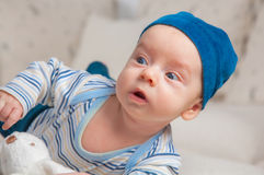 Bébé garçon essayant de rouler plus de Image stock