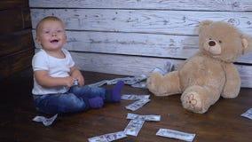 Bébé garçon et beaucoup d'argent banque de vidéos