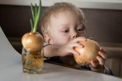 Bébé garçon et ciboulette fraîche Image stock