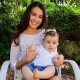 Bébé garçon et jolie jeune femme Images stock