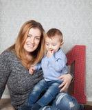 Bébé garçon et maman photographie stock