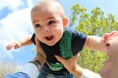 Bébé garçon et papa jouant à l'arrière-plan de ciel de parc Image libre de droits