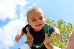 Bébé garçon et papa jouant à l'arrière-plan de ciel de parc Photo stock