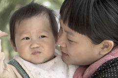 Bébé garçon et son jouer de mère Photos stock