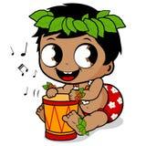 Bébé garçon hawaïen jouant la musique avec le tambour de pahu Images libres de droits