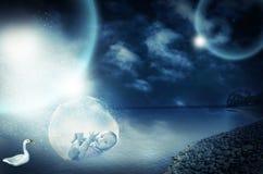 Bébé garçon infantile magique surréaliste dans le grand bol en verre Images libres de droits