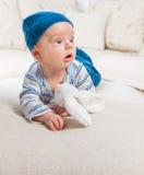 Bébé garçon jouant avec le lapin Photos libres de droits