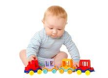 Bébé garçon jouant avec le train de jouet Photos libres de droits