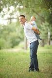 Bébé garçon jouant en parc avec le papa Photographie stock libre de droits