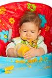 Bébé garçon mangeant de la purée Photo stock