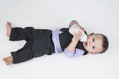 Bébé garçon mangeant du lait de la bouteille Photos stock