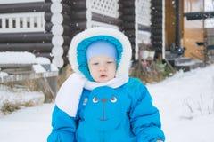 Bébé garçon marchant à une cour de neige Image stock