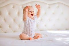 Bébé garçon mignon dans la chambre à coucher ensoleillée blanche Photo libre de droits