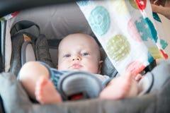 Bébé garçon mignon dans sa poussette se couchant, se reposant Photographie stock libre de droits